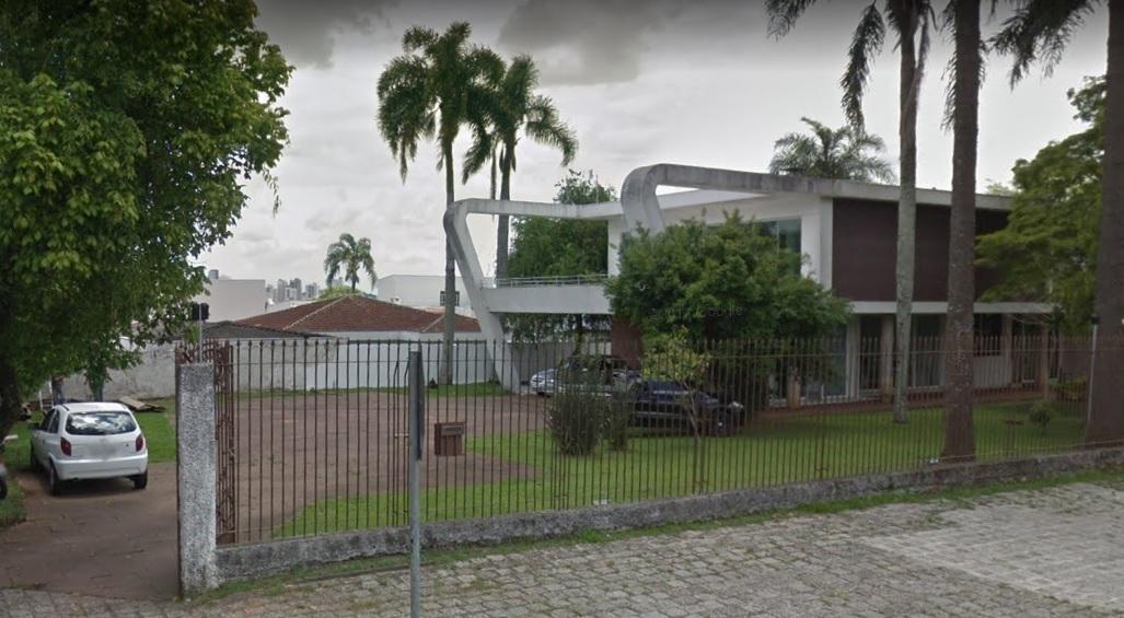 Casa projetada por Lolô Cornelsen, um dos grandes nomes do modernismo paranaense, que hoje pertence ao CAU-PR