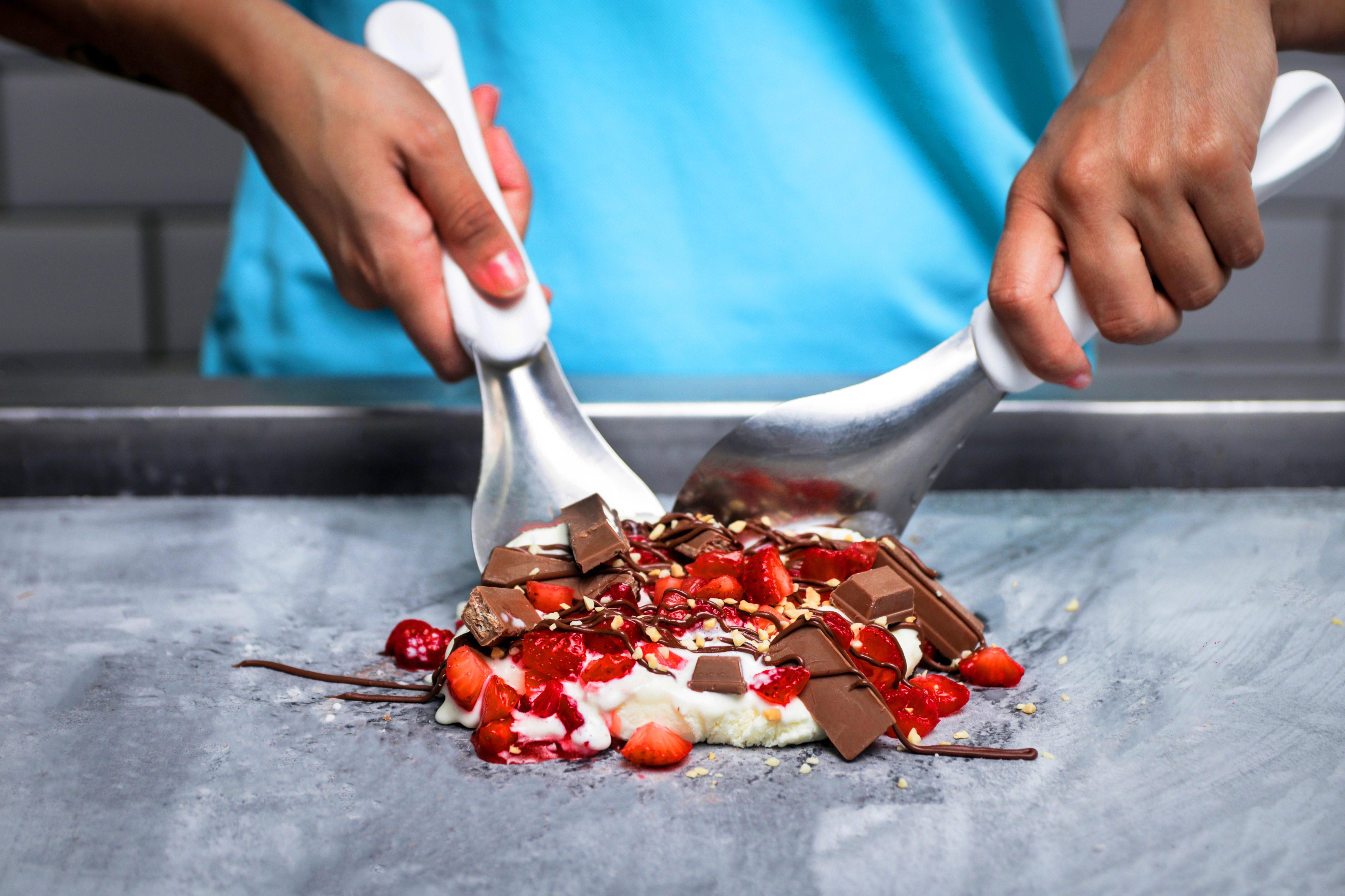 Os sorvetes da Stonia podem ser servidos em uma pedra gelada. Foto: Sunday Slice