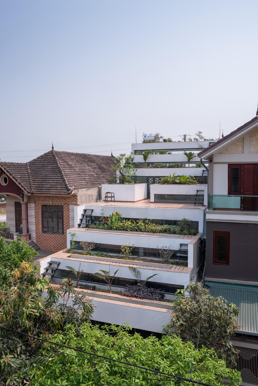 Arquitetura moderna em casa no Vietnã, faz referências aos campos de arroz do país.