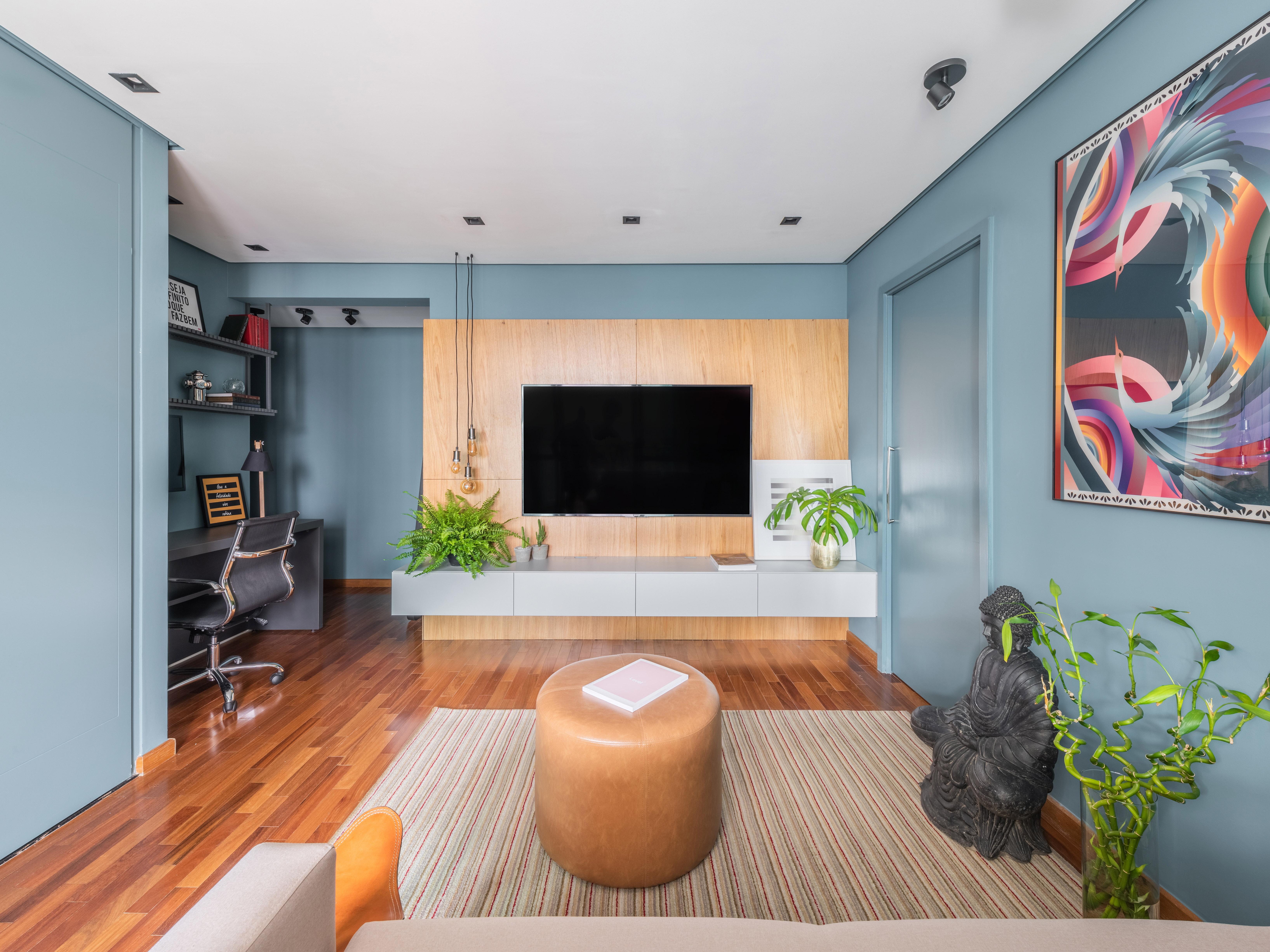 Ao lado esquerdo, destaque para o espaço de home office. E do lado direito, o cantinho zen do apartamento.