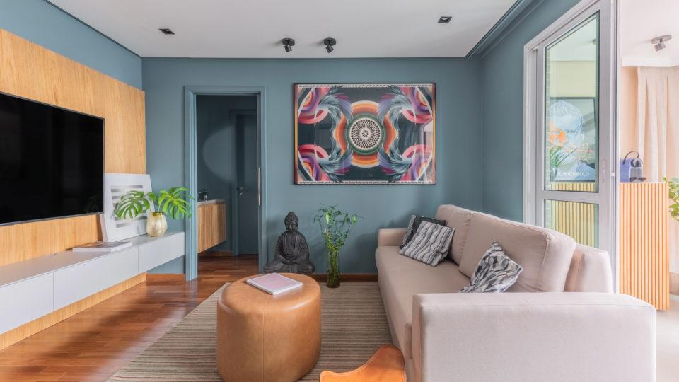 Apartamento de 40 m² surpreende pela atmosfera relaxante e cozinha compacta dentro de armários