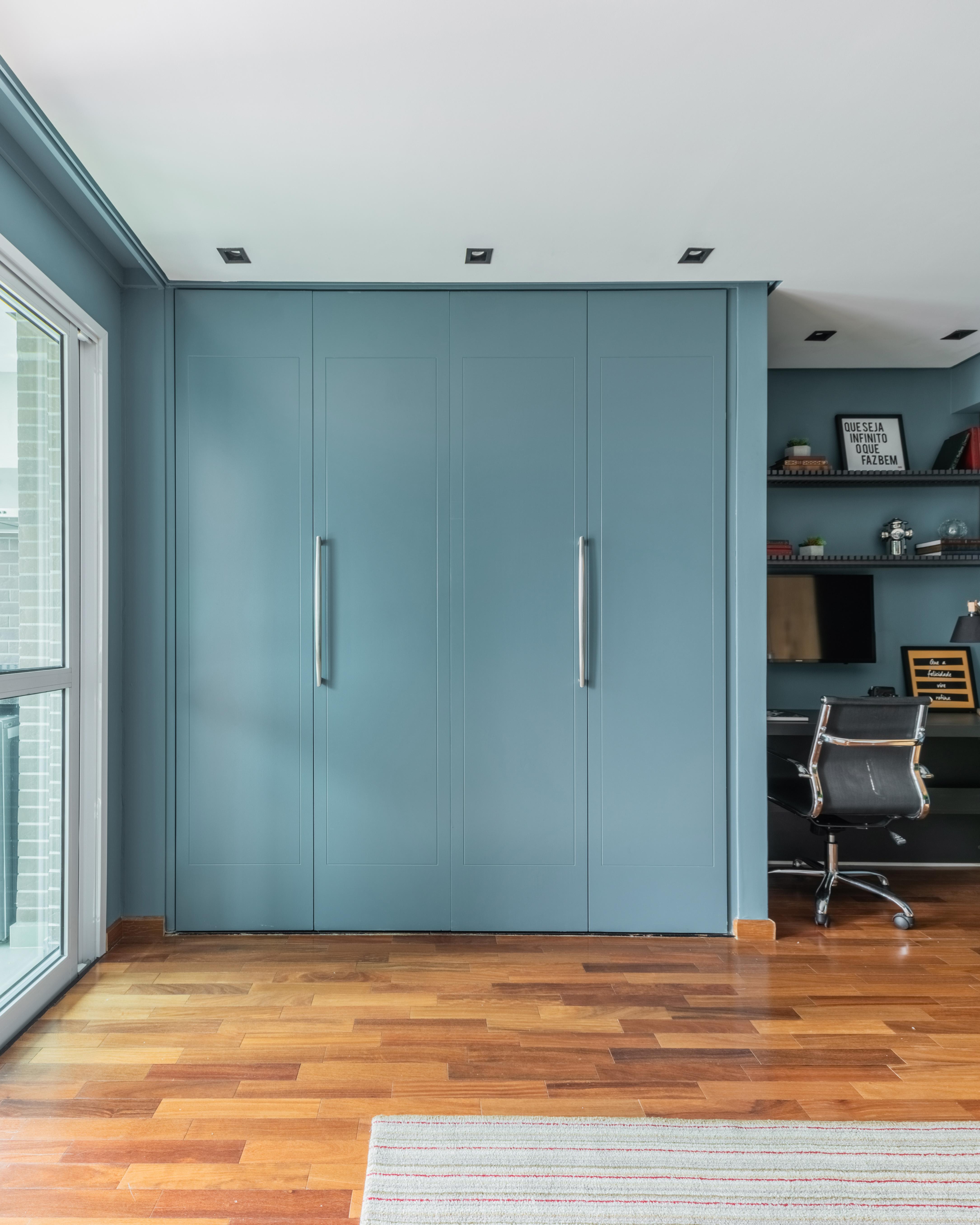 Efeito surpresa! As portas escondem a cozinha enxuta, porém completa, que pode ficar fechada nos momentos em que não é utilizada.