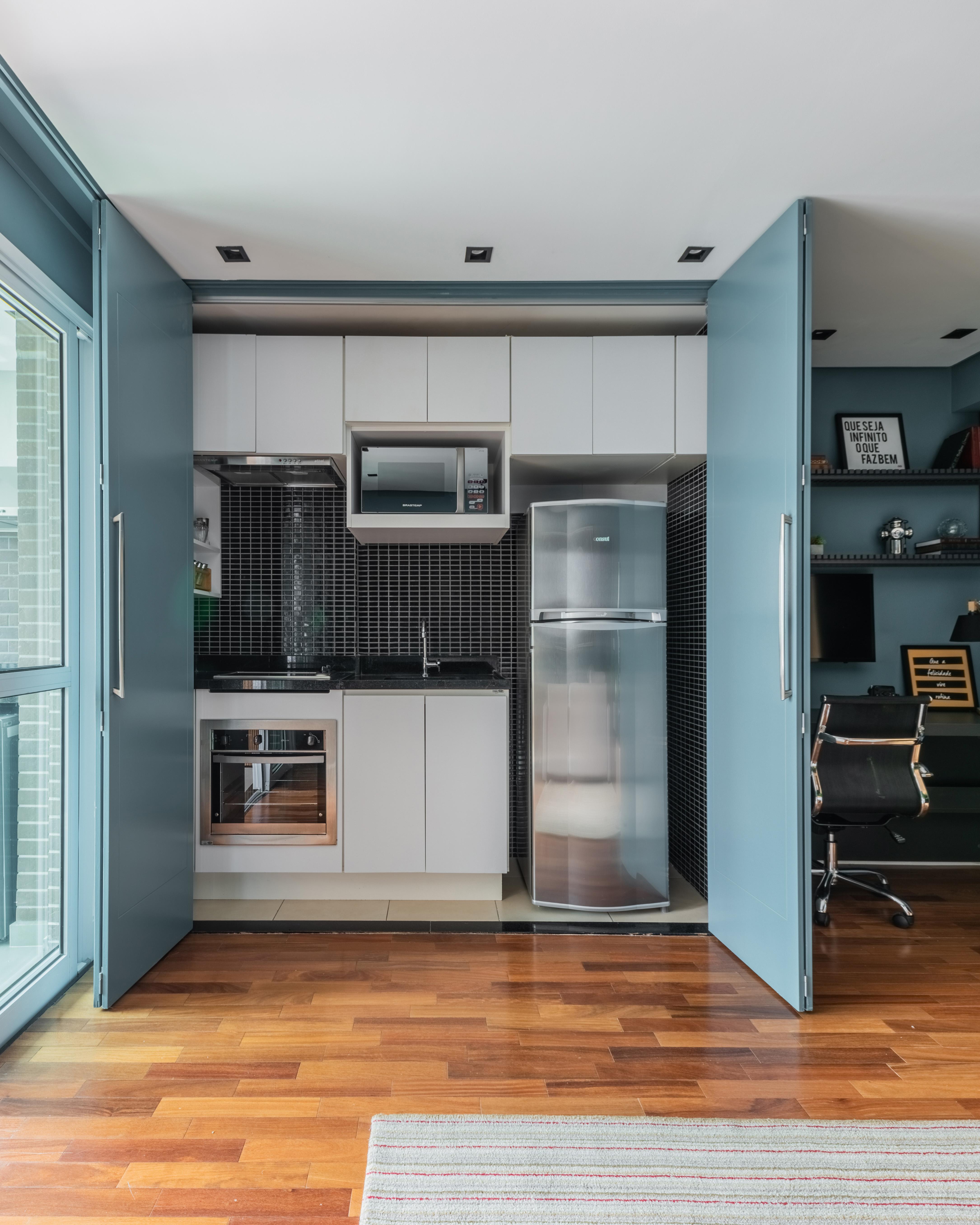 Detalhe da cozinha compacta à mostra.