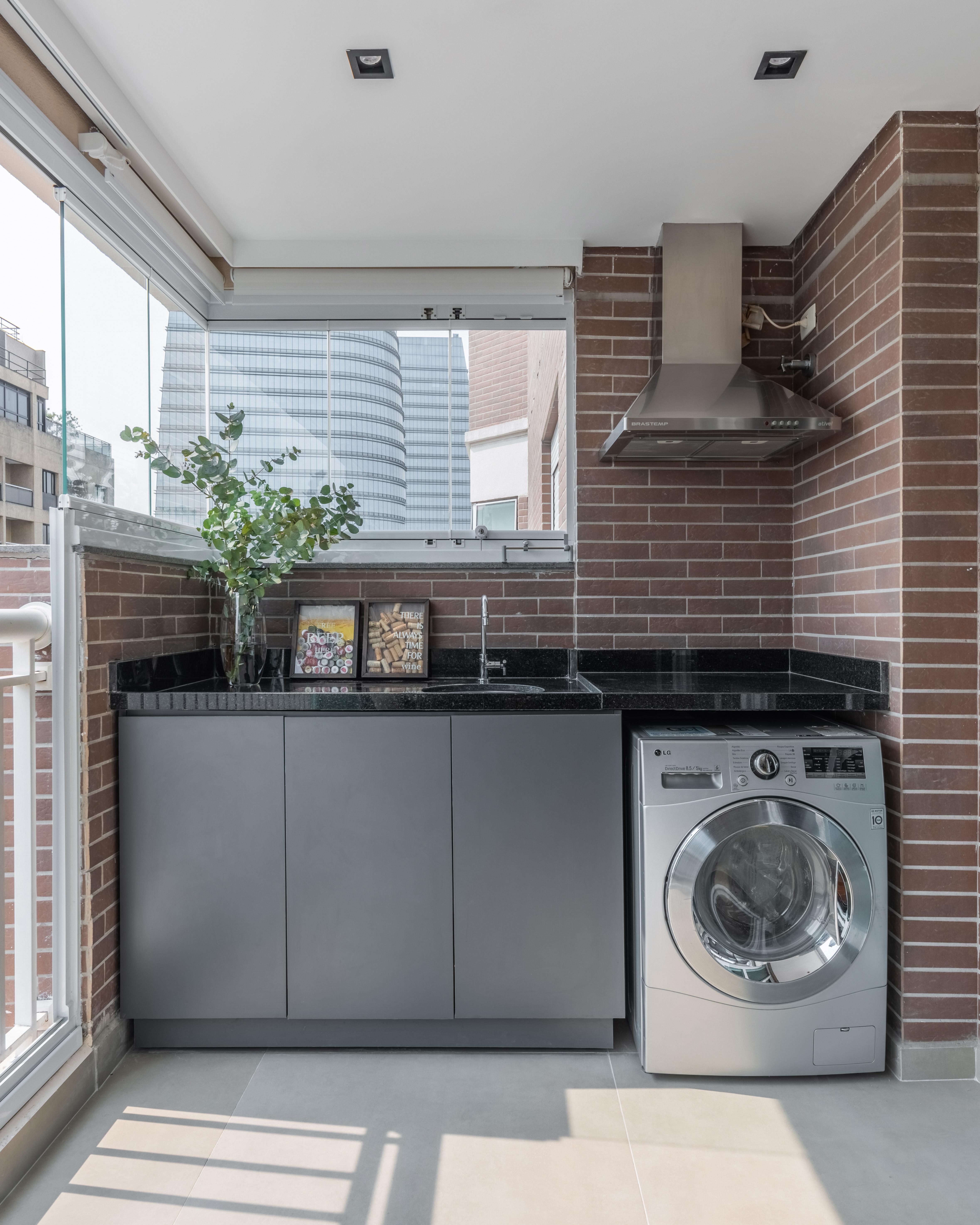 A varanda também abriga um grill e parte da lavanderia.