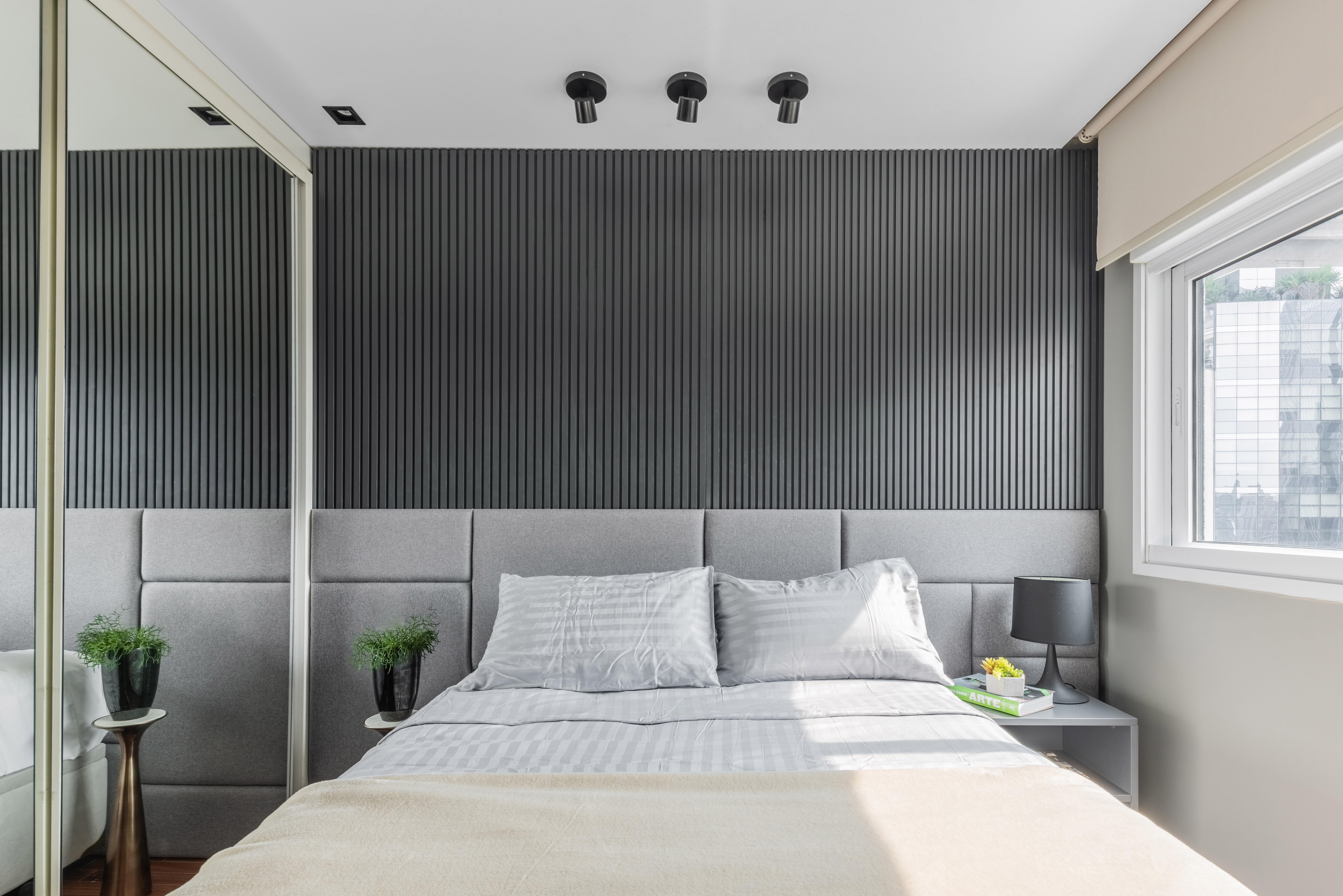 Quarto do apartamento em tons neutros, com o cinza como protagonista.