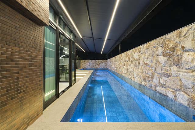 Projeto de reforma de uma casa assinada por Leal Ribas Engenharia e Arquitetura, com piscina aquecida.