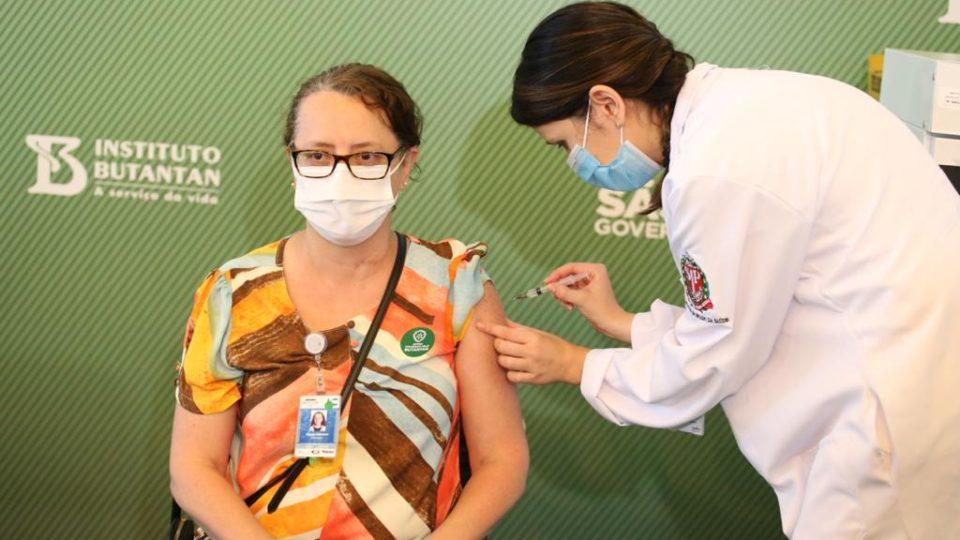 Brasil depende de Índia e China para continuar vacinação. Sai Trump, entra Biden. Comando Vermelho no Twitter