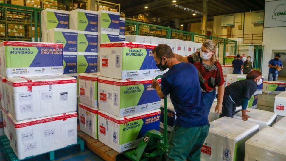 Por segurança, Paraná distribui só metade das vacinas emergenciais da Covid-19