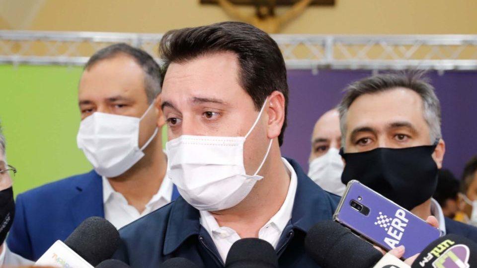 """""""É difícil cravar data"""", diz Ratinho Jr. sobre produção da vacina russa no Paraná"""