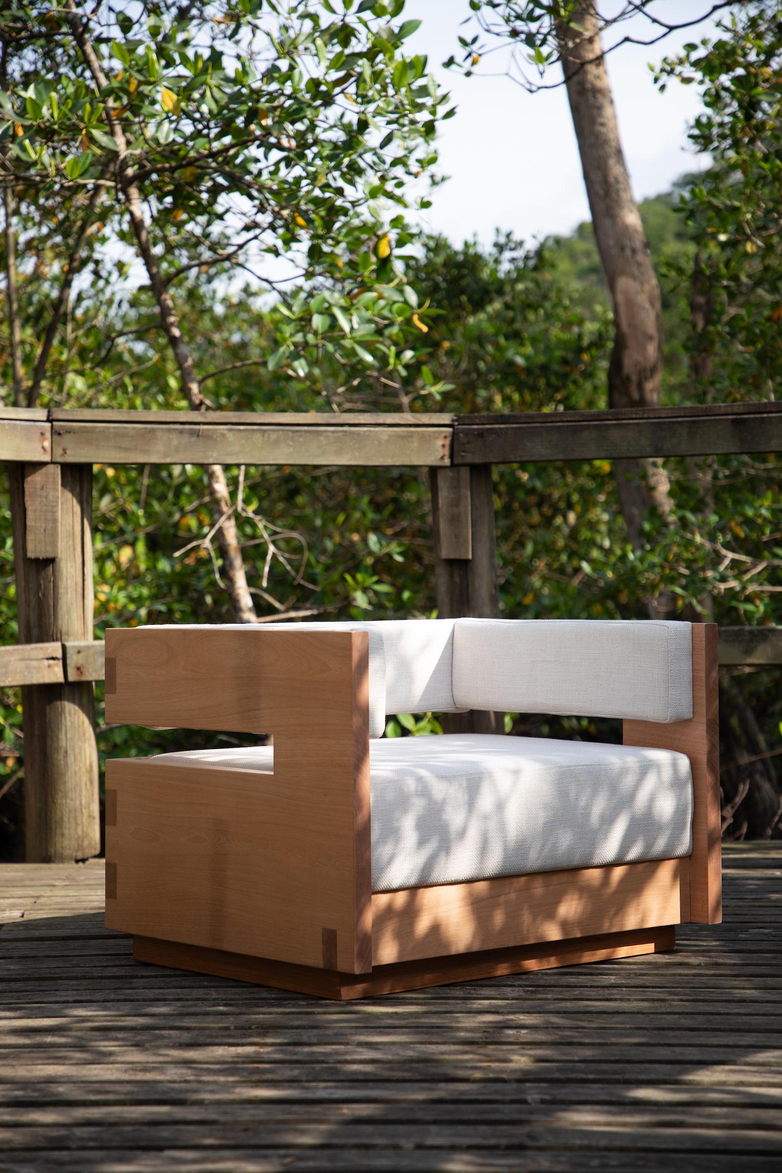 Poltrona Saquê, assinada por Giuliano Marchiorato, é inspirada na marcenaria tradicional japonesa. A peça é em madeira maciça e o revestimento é linho. Parte do encosto foi retirado para ficar em balanço.