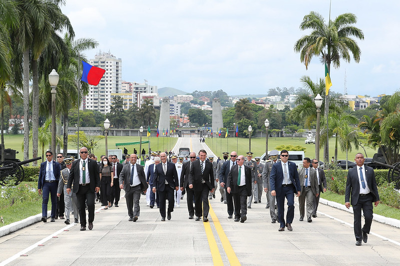 Presidente Jair Bolsonaro caminha ao lado de integrantes da cúpula militar na AMAN. Ninguém usava máscara de proteção. Foto de Marcos Corrêa/PR