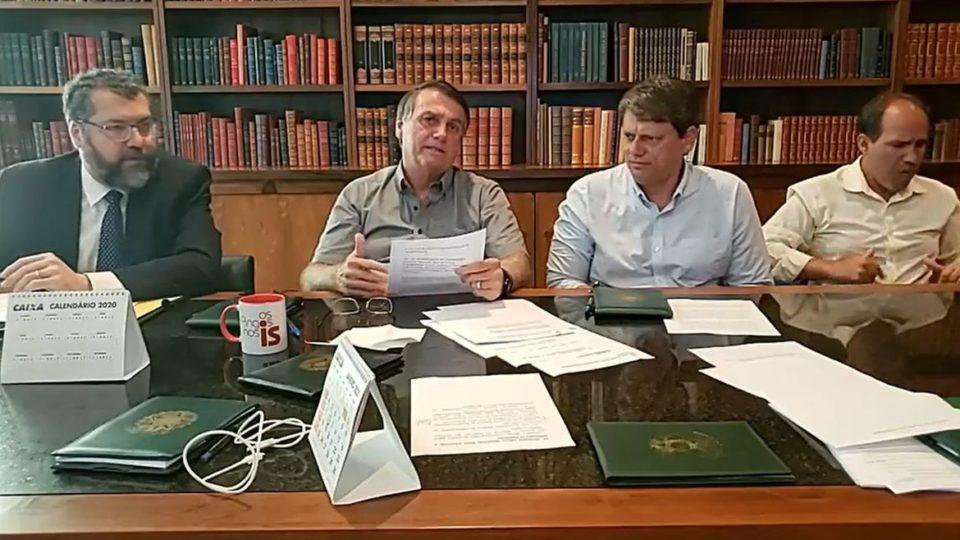 """Bolsonaro nega problemas políticos em importação de insumos: """"questão burocrática"""""""