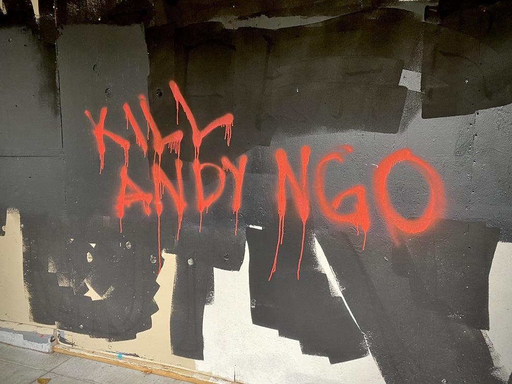 """""""Kill Andy Ngo"""" (""""Matem Andy Ngo"""") – Pichação feita por extremistas de esquerda do Antifa pedindo a morte do jornalista conservador (Reprodução Andy Ngo)"""