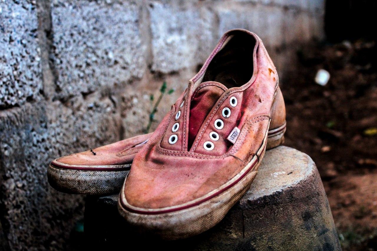 Borrifar álcool 70% em um sapato ou superfície sujos diminui a eficácia de desinfecção. Ideal é realizar antes a limpeza com água e sabão. Foto: Dickens Sikazwe/Unsplash.