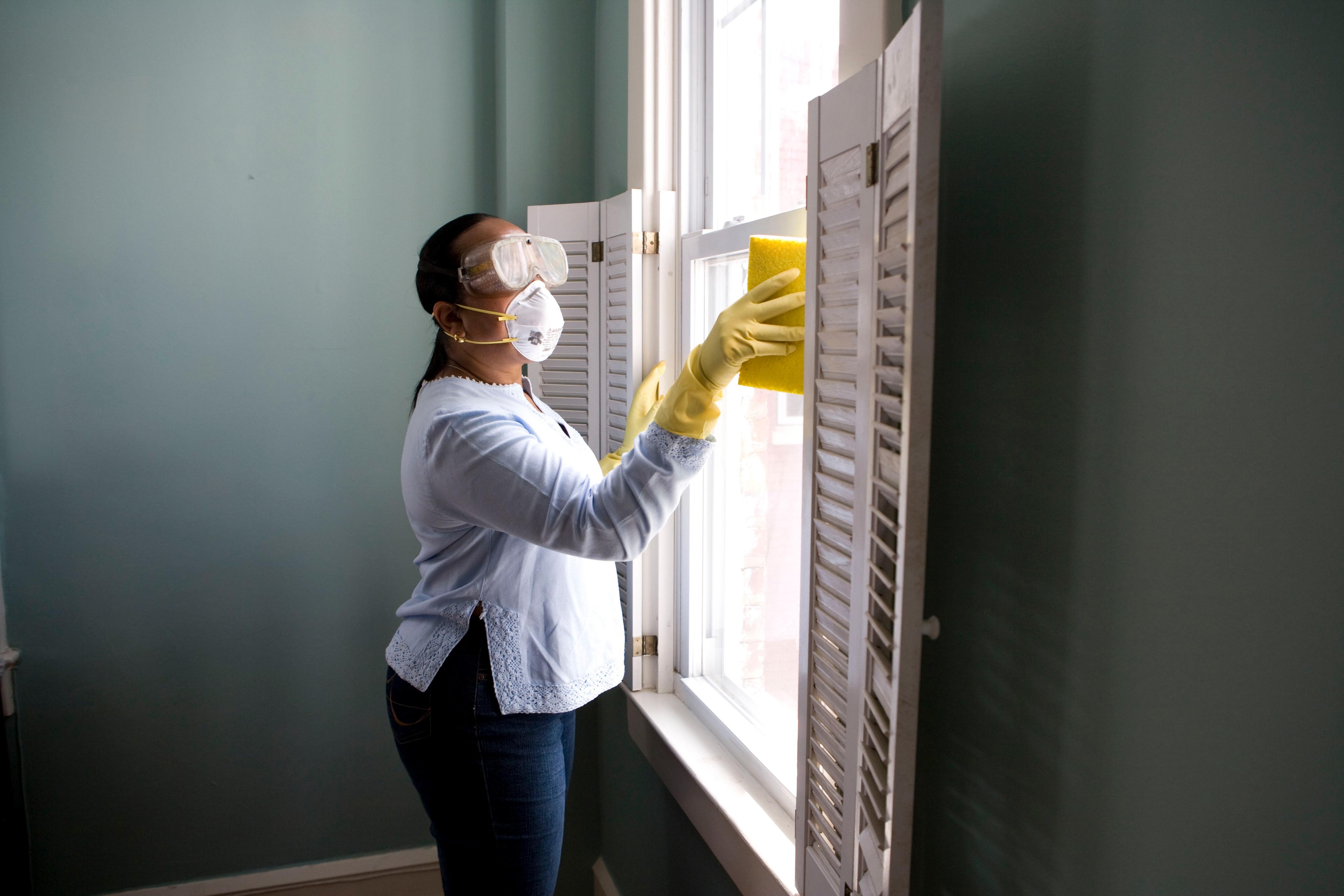 Superfícies em que encostamos com mais frequência necessitam de limpeza recorrente. Foto: CDC/Unsplash.