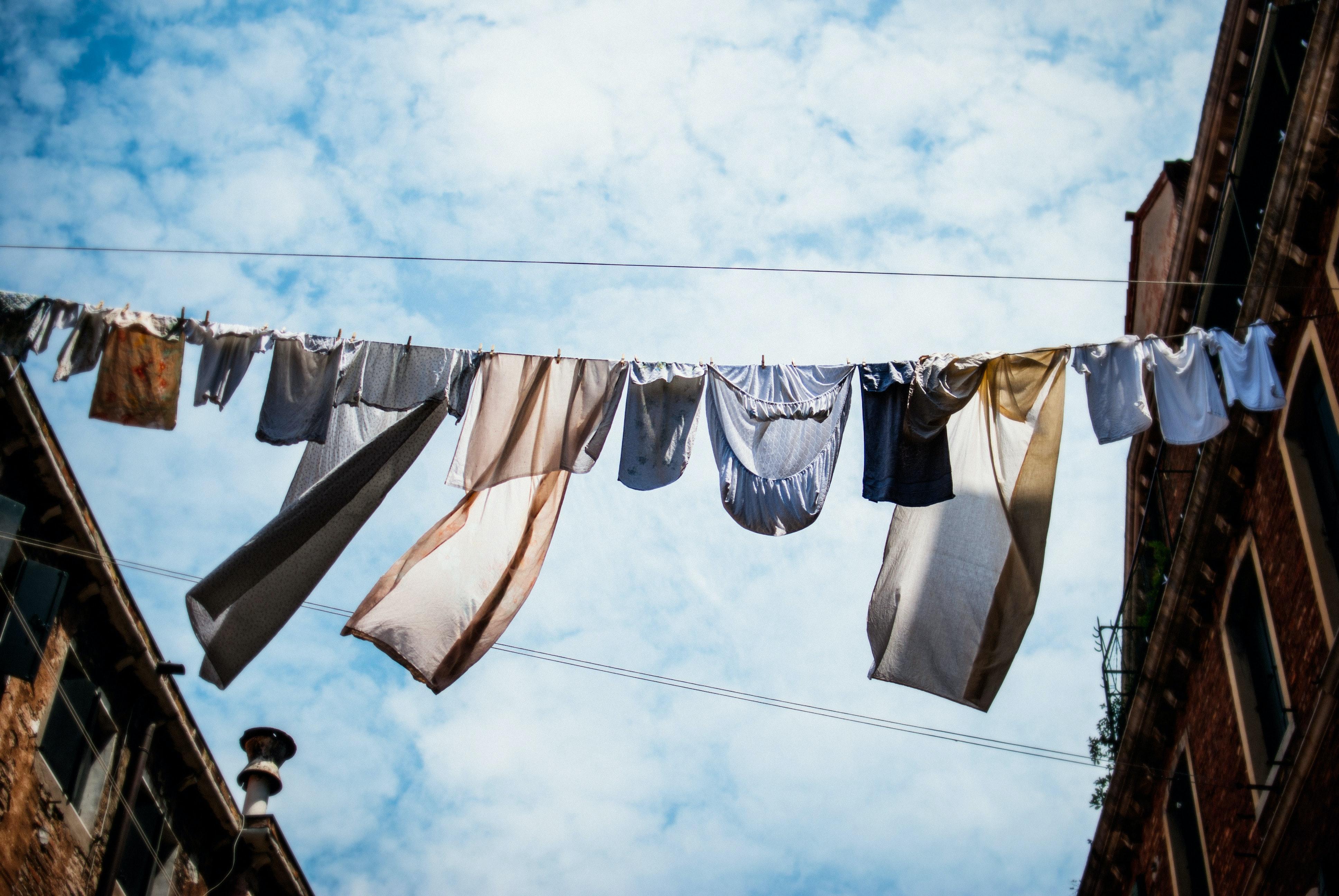 Em saídas breves, não há necessidade de lavar as roupas. Foto: Erick Witsoe/Unsplash.