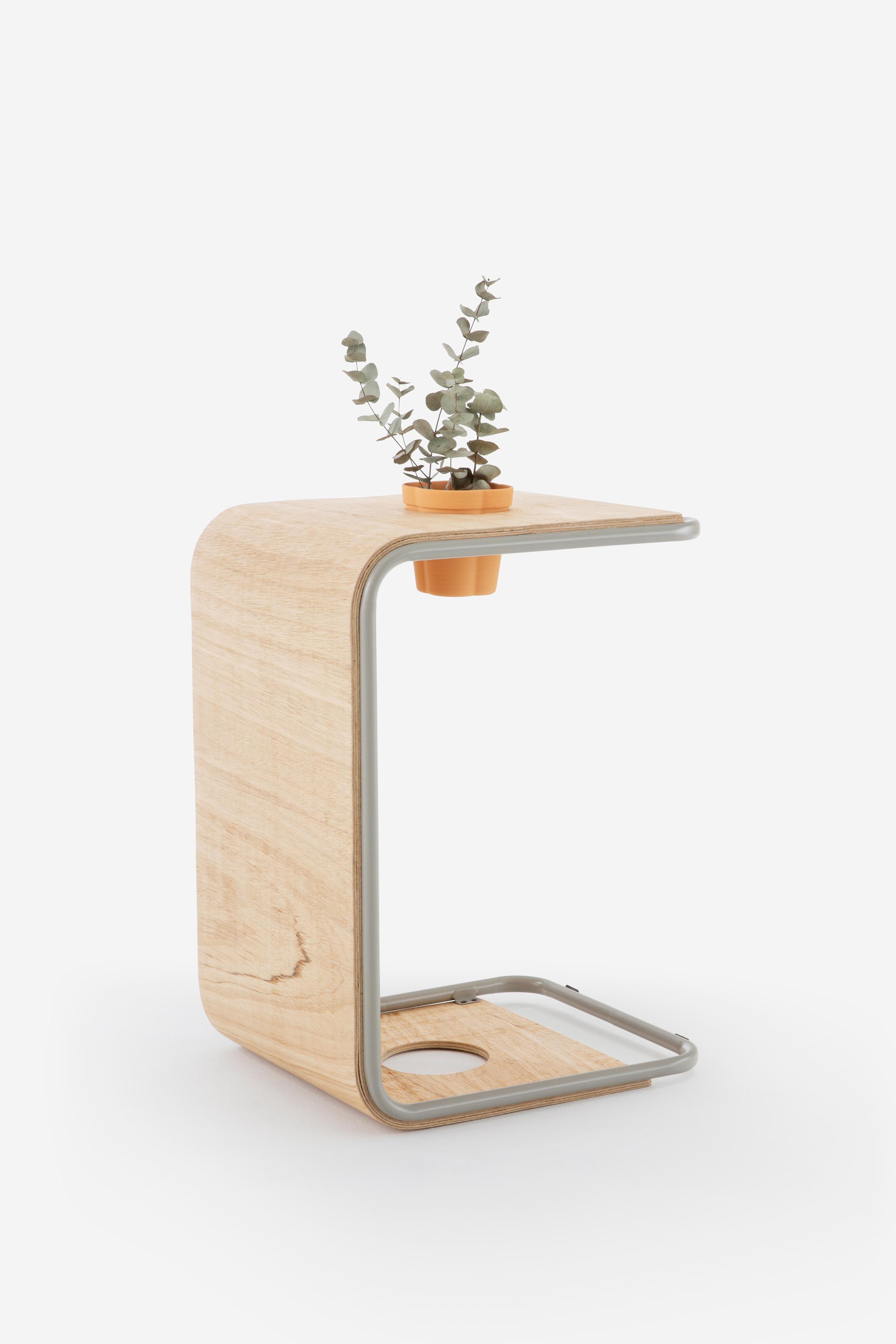 O banco pode ser usado como mesa de apoio para trabalhar do sofá ou como banco em qualquer espaço. Foto: Abruzzo Studio.