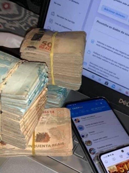 Criminoso ostenta dinheiro roubado por meio de fraude no auxílio emergencial.