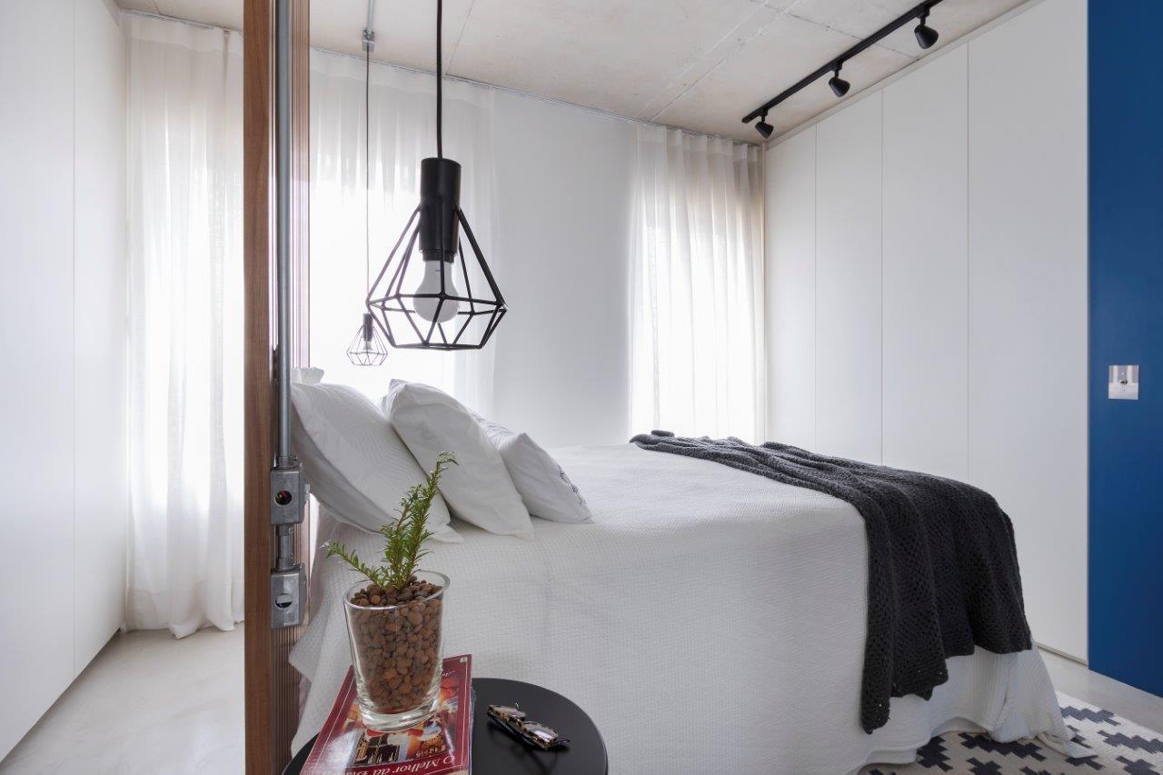 Móveis planejados otimizaram espaço do quarto. Rafael Renzo/Divulgação.