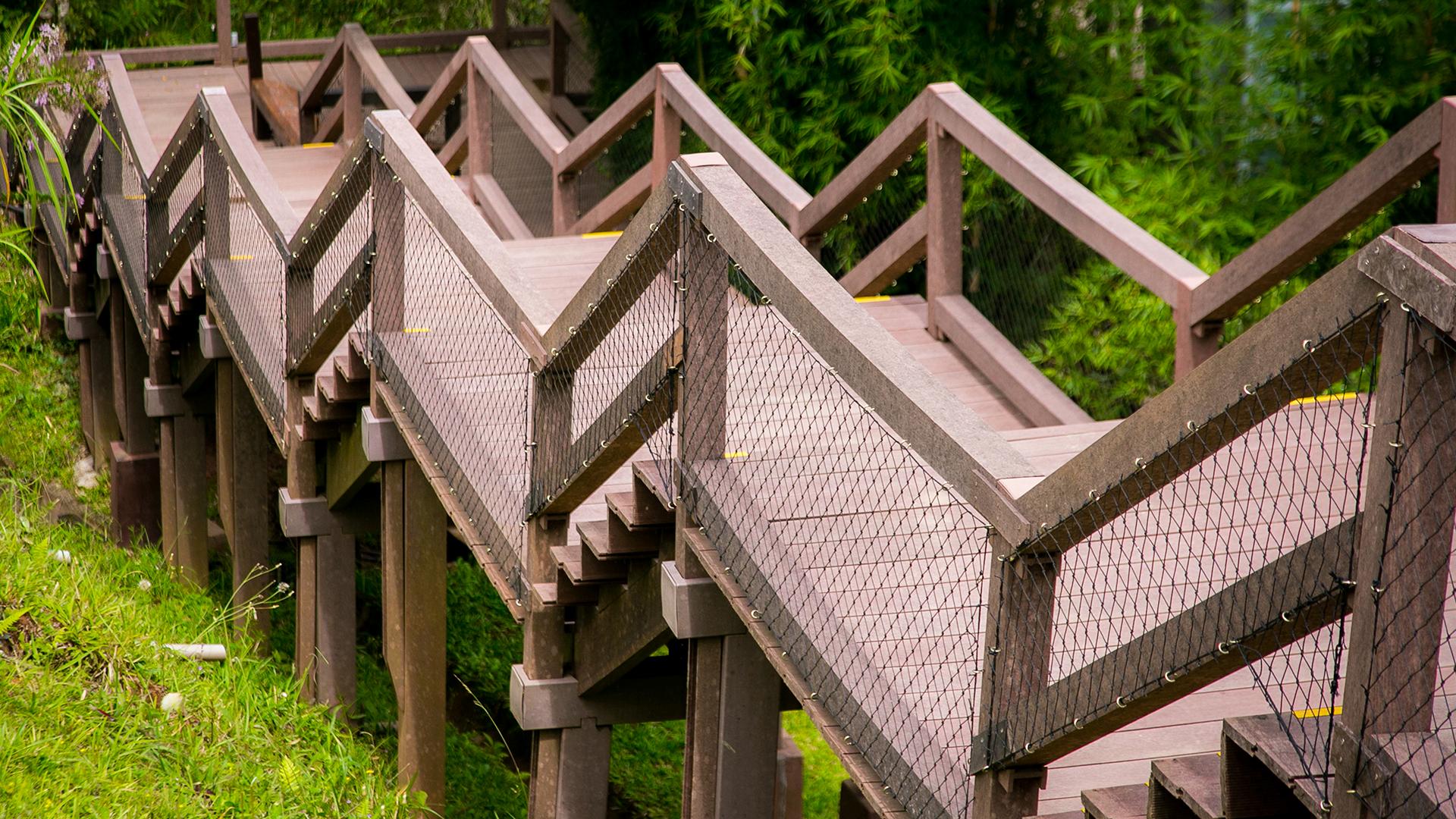 A madeira biossintética pode ser manuseada e trabalhada como a madeira natural, sendo utilizada em diversas construções, como escadas