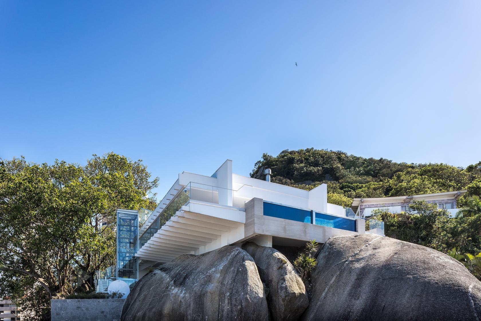 Casa ganhou um elevador e uma piscina com lateral em vidro, valorizando a vista para o mar.