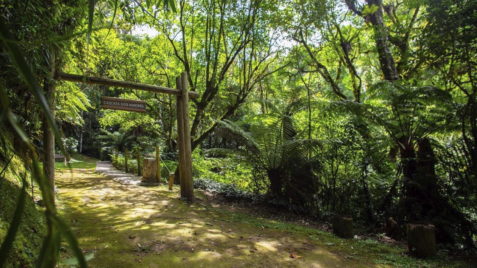 A trilha da Cascata dos Amores tem outra atração, que é a ponte dos cadeados, onde casais apaixonados deixam uma recordação.