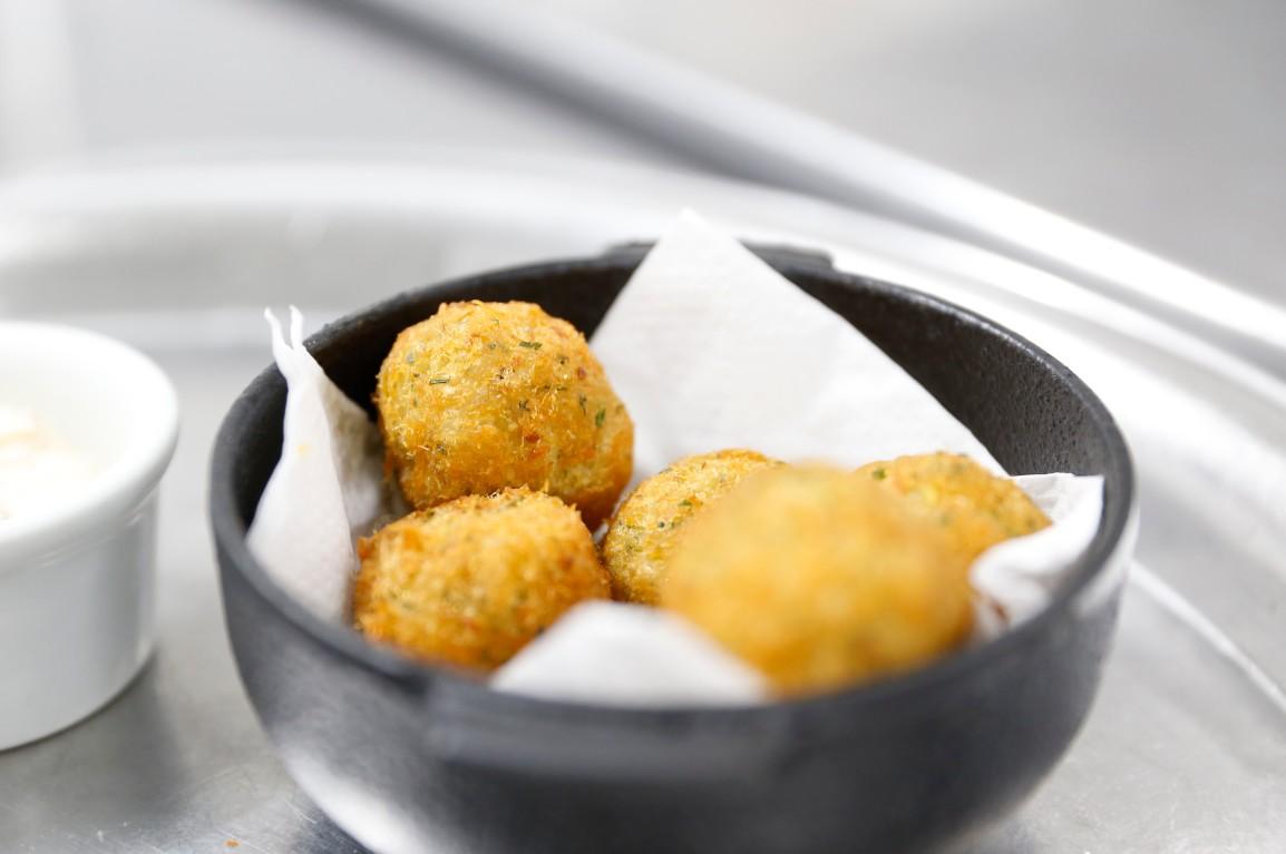 Os bolinhos de bacalhau são opções para o Happy Hour. Foto: Dynamo Foto e Vídeo