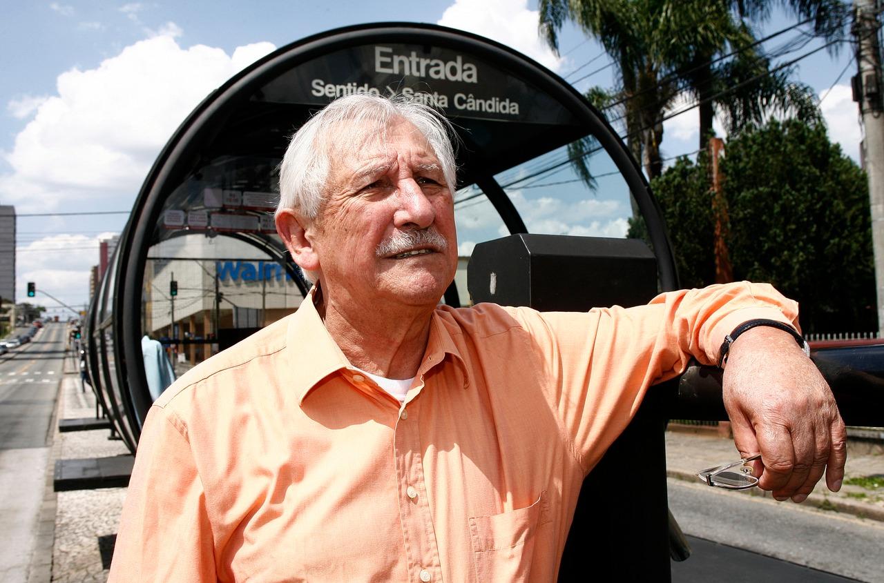 O arquiteto Lubomir Ficinski em outra de suas criações: a canaleta do expresso. Foto: Hugo Harada/Arquivo/Gazeta do Povo.