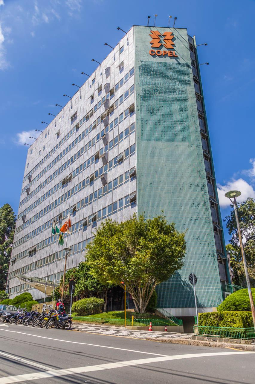 Materiais aparentes, poucos ornamentos e acabamentos de qualidade são algumas marcas do edifício. Foto: Daniel Cavalheiro/Divulgação Copel.