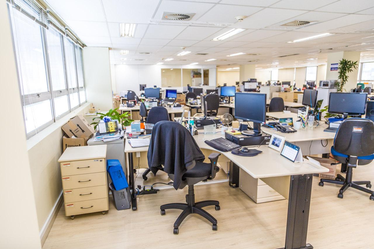 Parte interna da Copel: ambientes livres permitem modificação simples com divisórias leves. Foto: Daniel Cavalheiro/Divulgação Copel