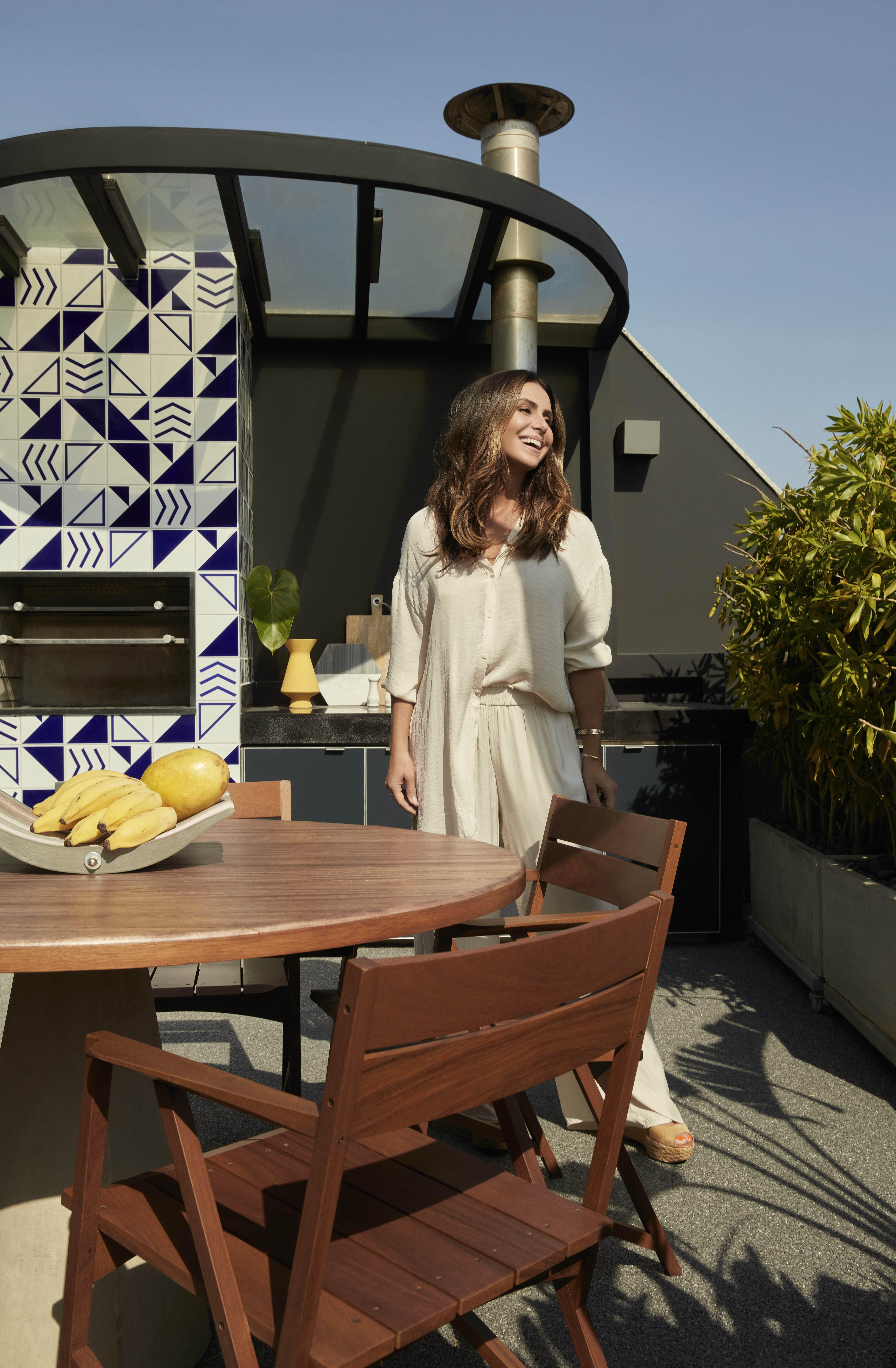 A atriz na churrasqueira revestida de azulejos da Lurca.