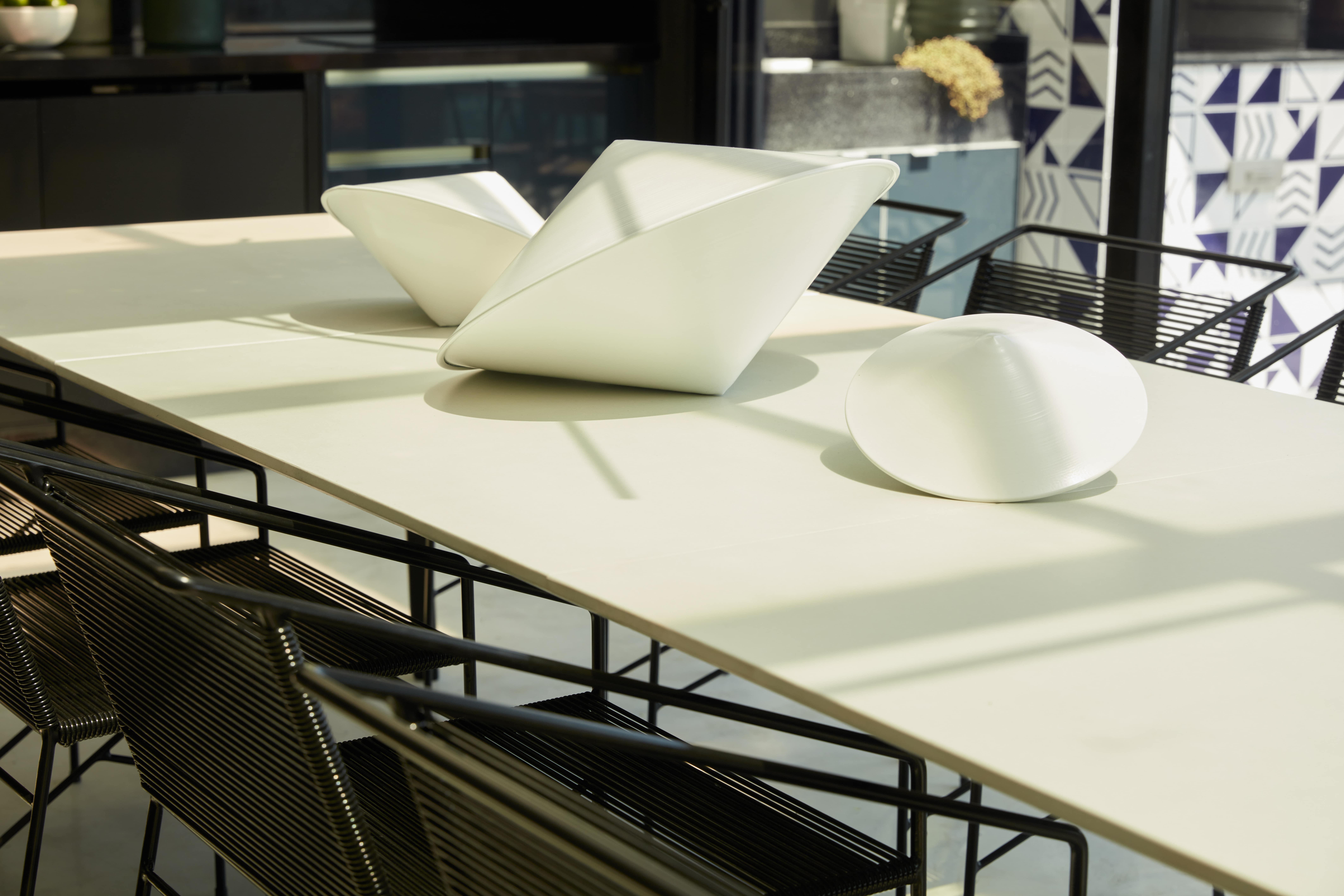 Projeto mistura o minimalismo com peças decorativas impactantes.