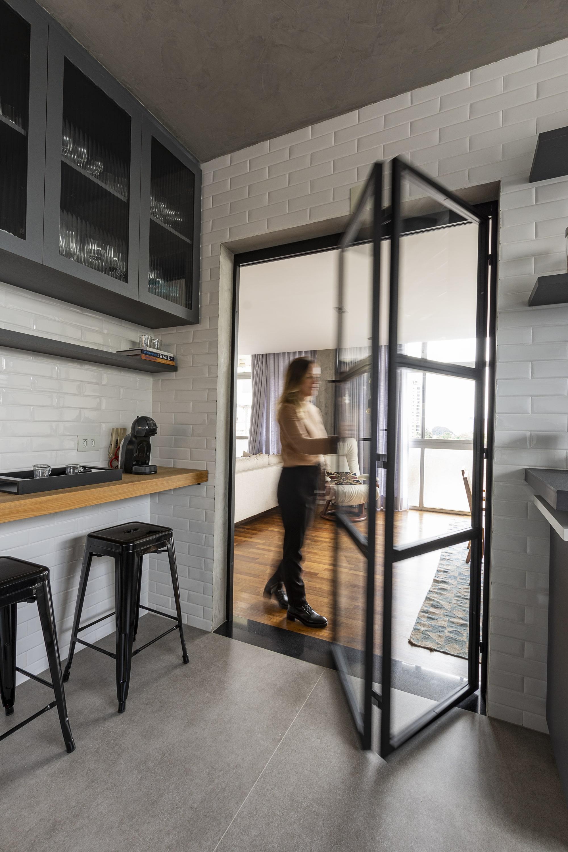 Porta permite integrar a cozinha e sala. Luiz Franco/Divulgação.