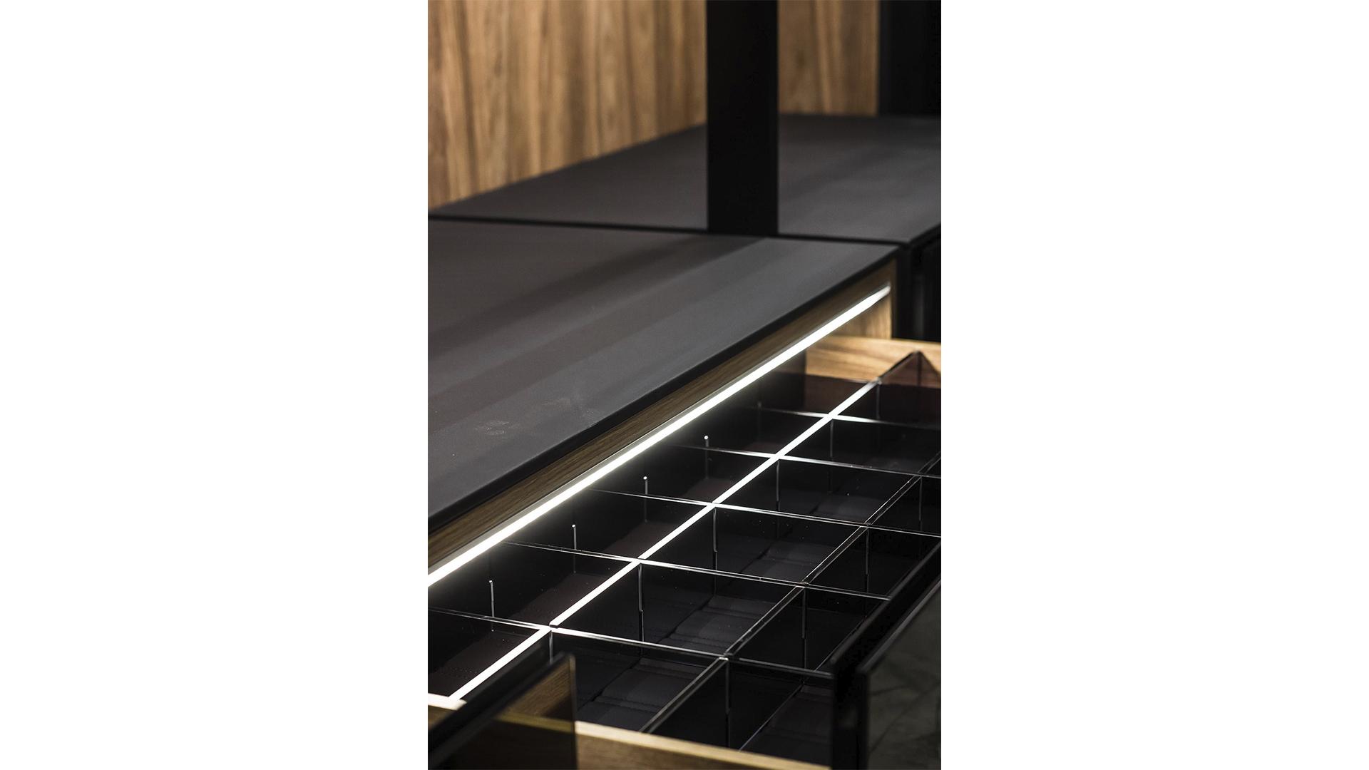 A iluminação em armários é muito útil para ajudar a encontrar utensílios