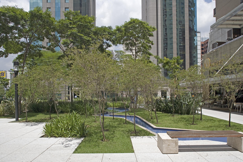 Projeto paisagístico do Brascan Century Plaza, no Itaim Bibi. Foto: Divulgação.
