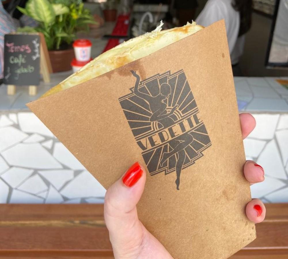 A versão clássica do crepe é servida em uma embalagem própria para sair comendo. Foto: Gisele Rech