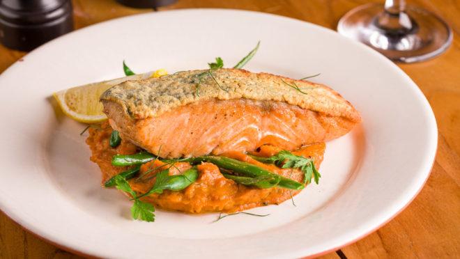 O Jamie's Italian Curitiba está de volta ao Festival Bom Gourmet com pratos exclusivos que levam a chancela do chef britânico Jamie Oliver, como o salmão assado com purê de abóbora e alho-poró, acompanhado de vagem salteada.