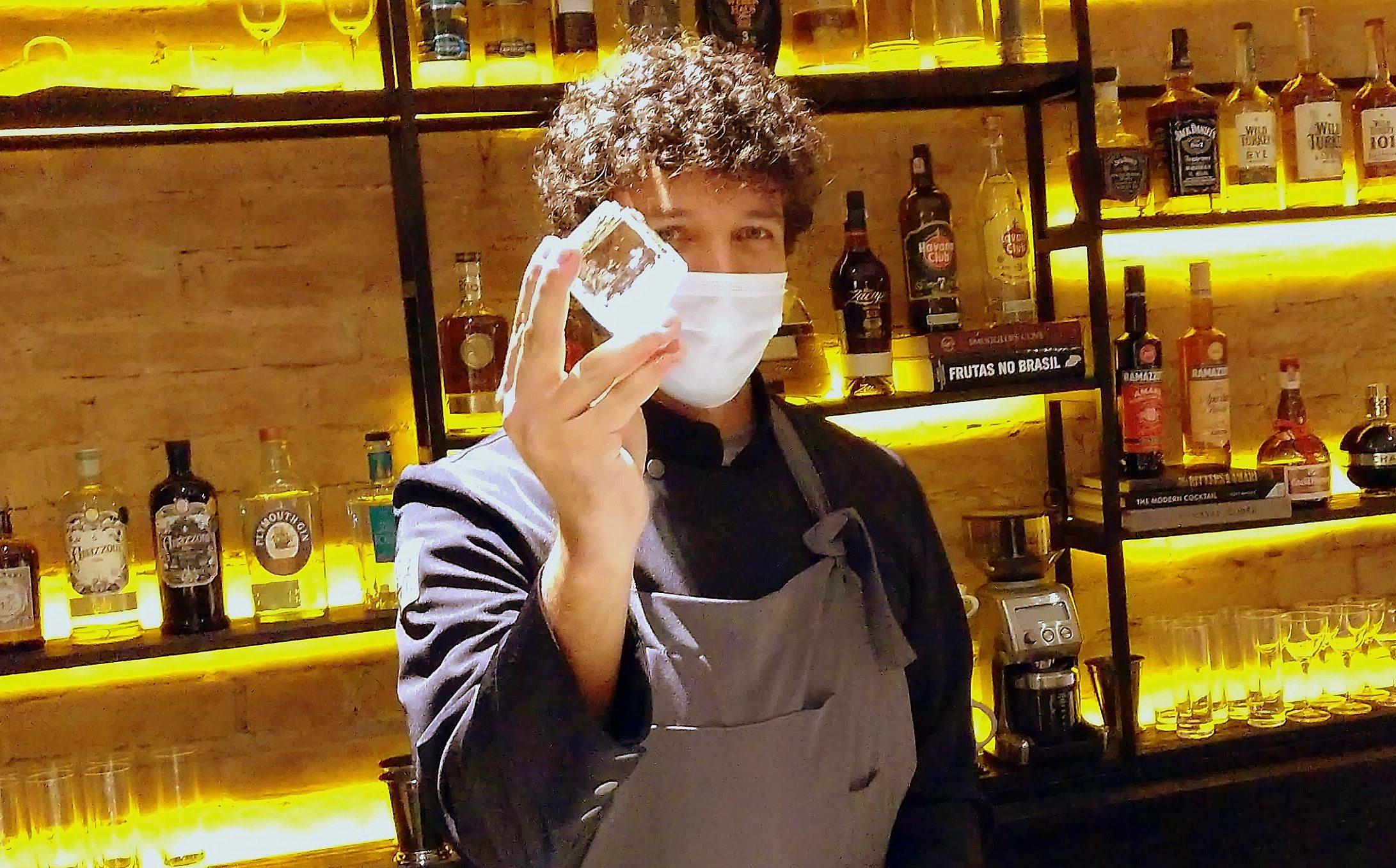 O bartender Zé Zwaiger propõe drinques tanto clássicos quando outros de inspiração própria.