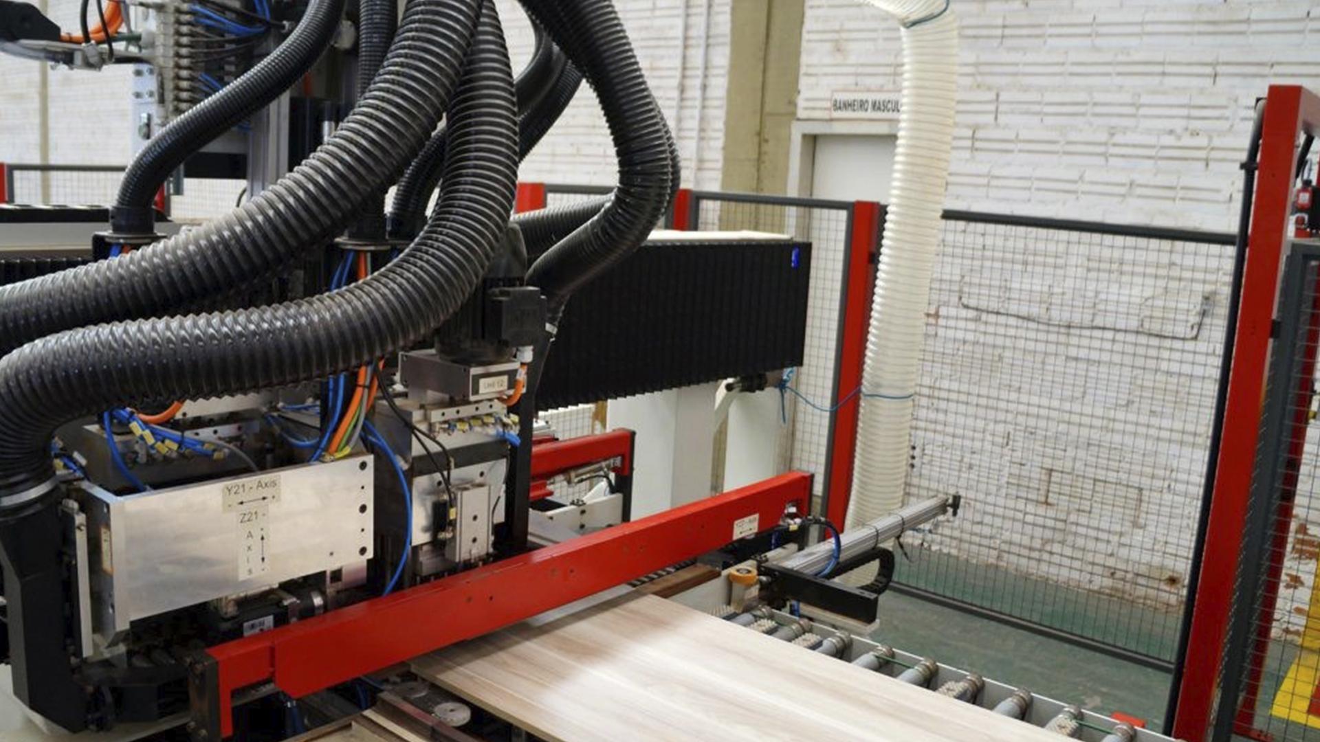 A fabricante conta com maquinário e qualidade de indústria, mas que não deixa de atender o personalizado, adequando, assim, o projeto em 100% dos anseios dos clientes