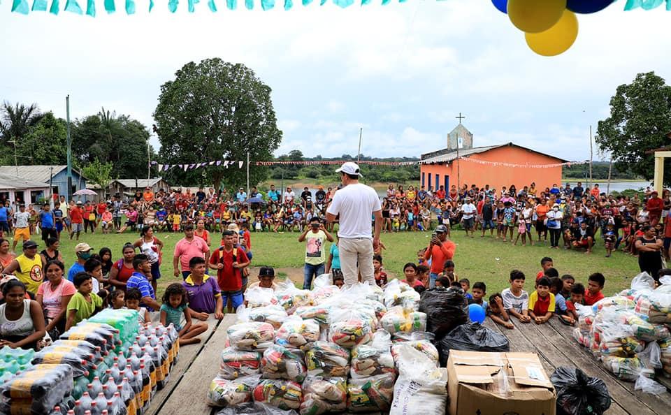 Em plena pandemia da Covid-19, Sidney Leite faz aglomeração em Maués para entregar brinquedos e cestas básicas/Fecebook