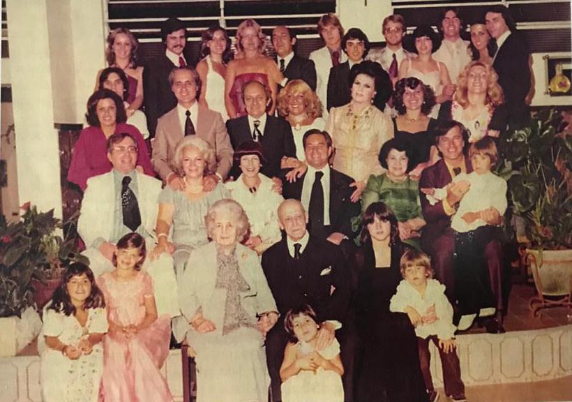 O casal Odaléa e Mário Caron, ao lado da família, comemora Bodas de Diamante