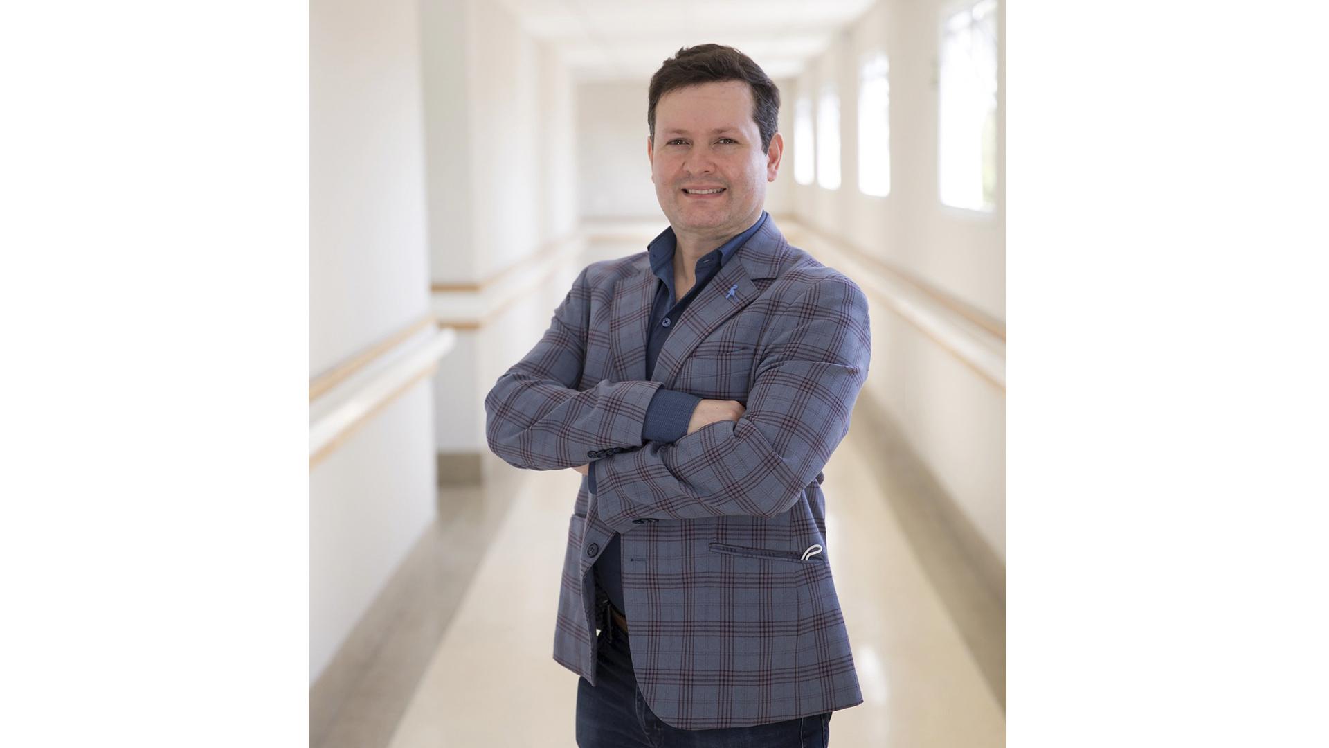 Formado pela Universidade Federal de Juiz de Fora, o médico acumula prêmios e participações em programas de televisão.
