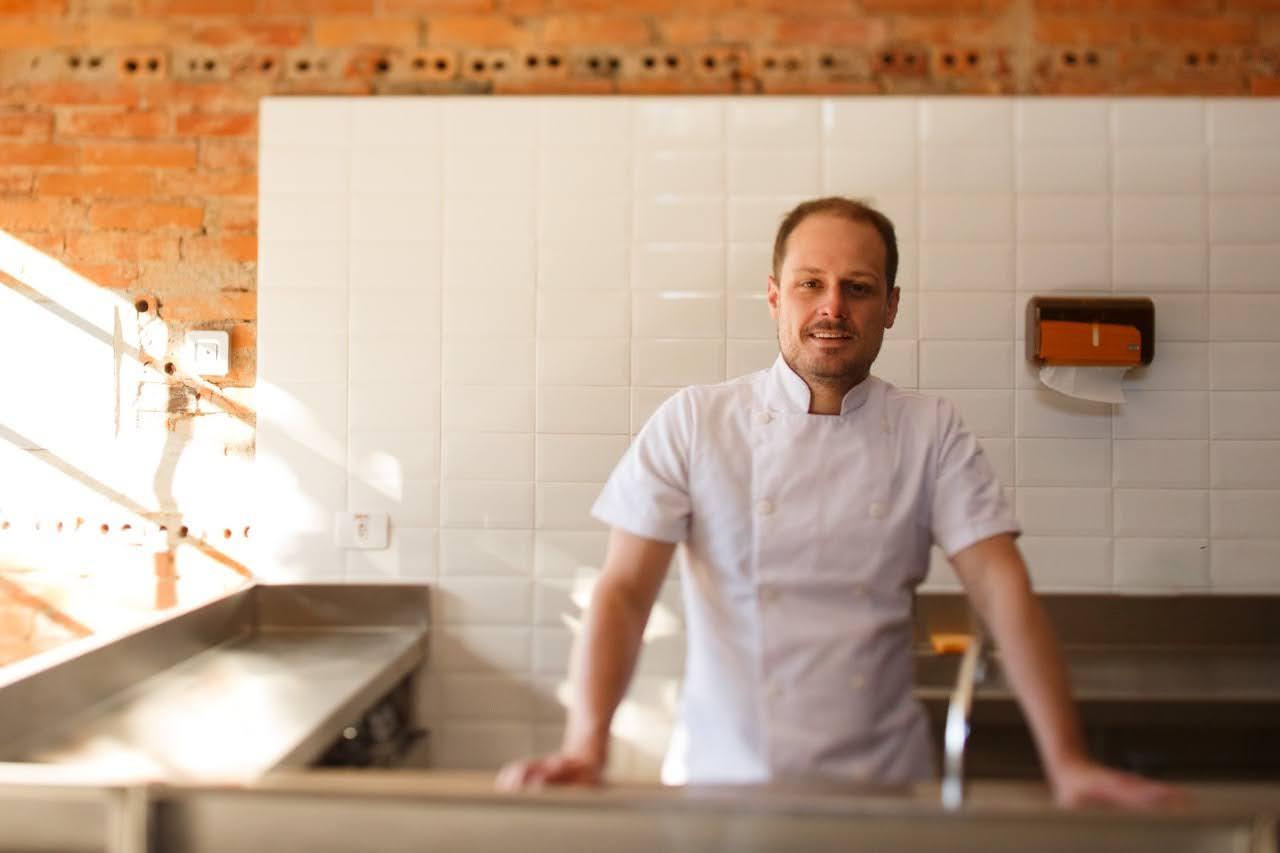 Eduardo Richard, na cozinha do Lemí. (Foto: Divulgação)