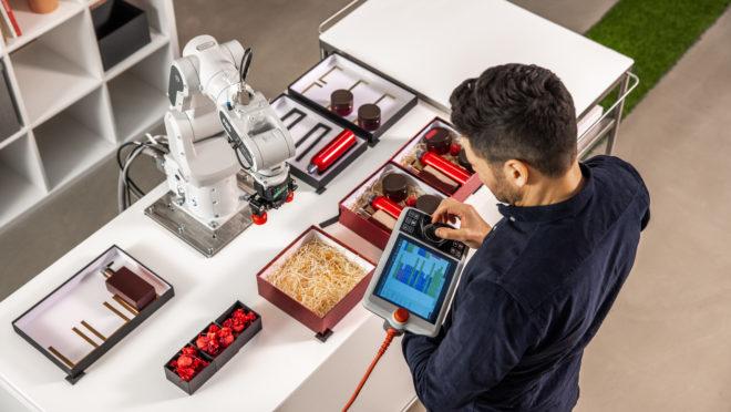 ABB lança robô colaborativo para auxiliar humanos em funções manuais