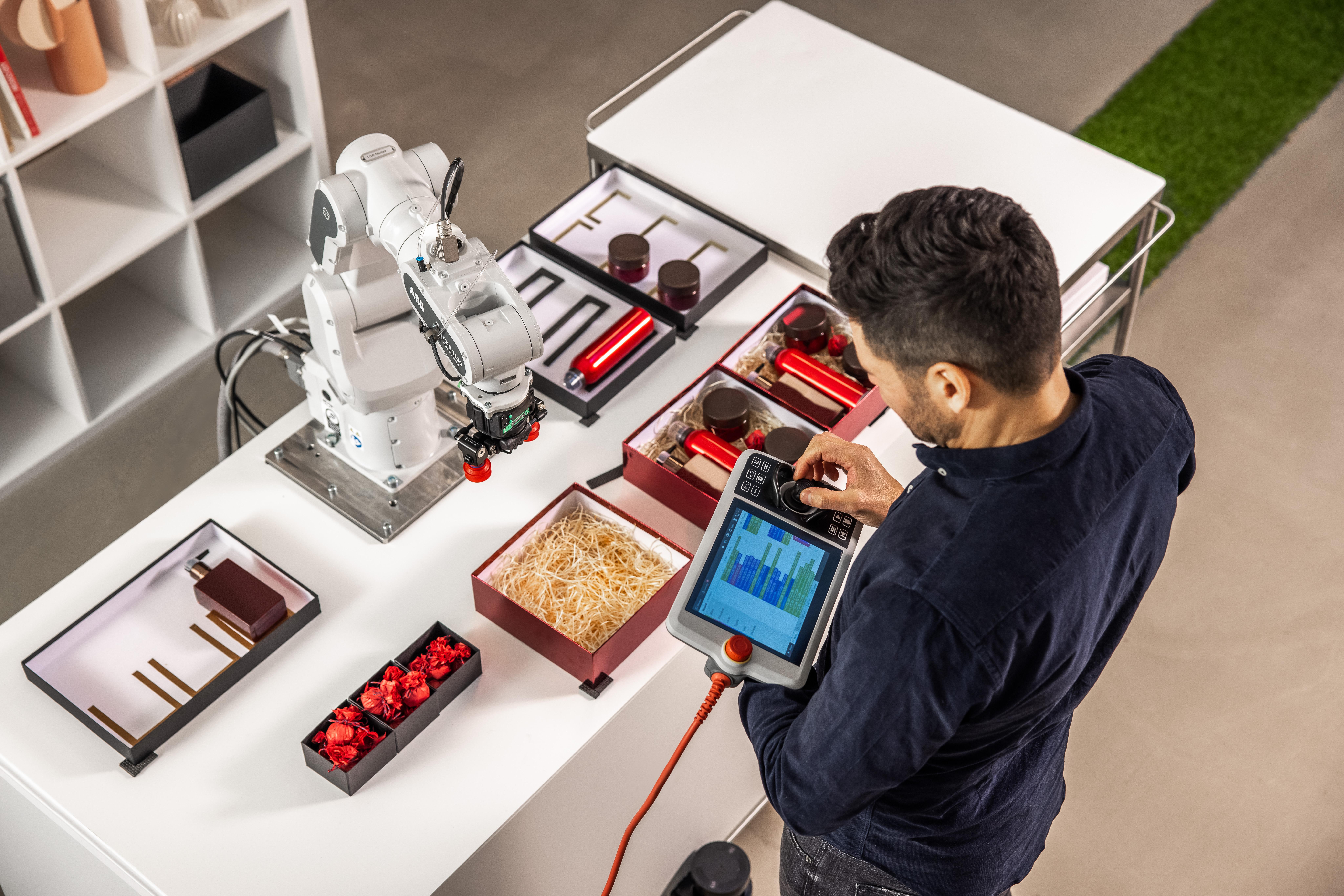 O robô pode ser operado pelos profissionais através de lógica de programação simplificada. Foto: Divulgação/ABB