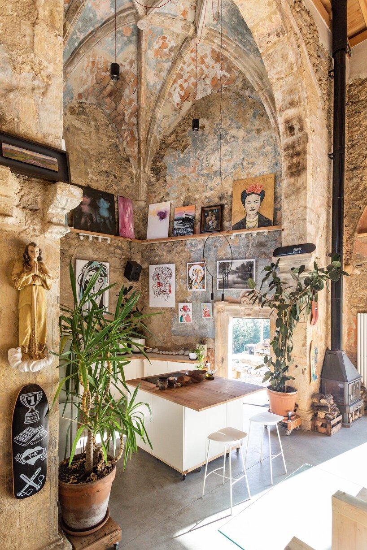 Paredes originais foram preservadas e ganharam toque contemporâneo com arte e objetos.