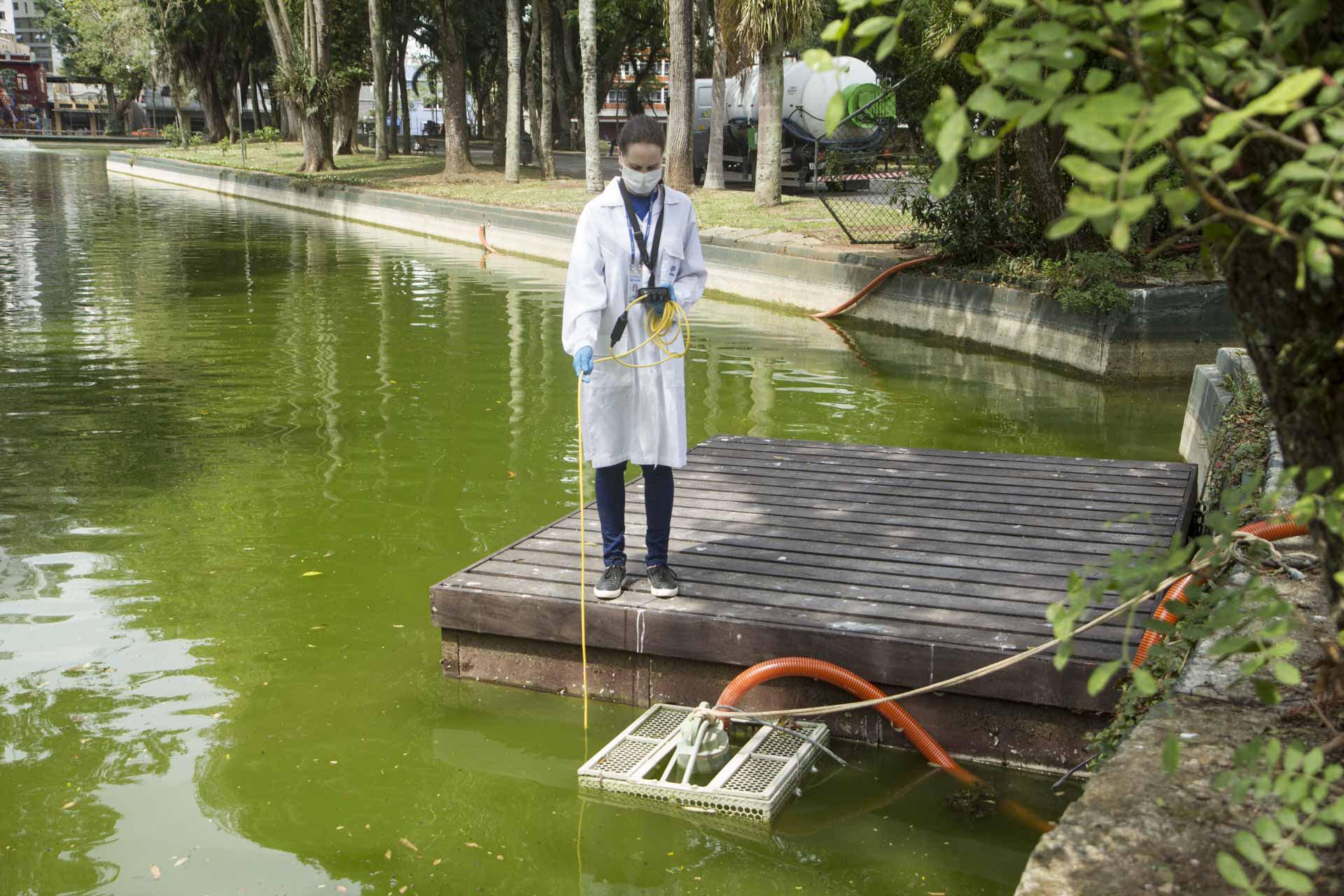 A Sanepar está fazendo estudos de aplicação da tecnologia de nanobolhas para melhorar a qualidade da água das lagoas do Passeio Público, em Curitiba.  –  Foto: André Thiago