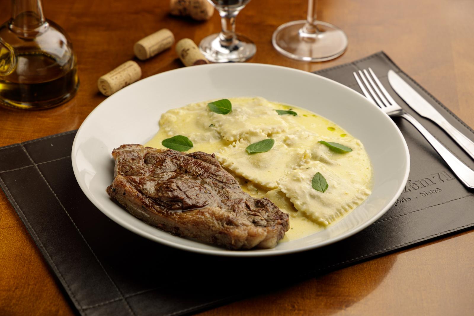 Chorizo com ravióli de muçarela de búfala e pesto ao molho Alfredo, opção do menu do jantar do Armazém 71 Cucina - Vino.
