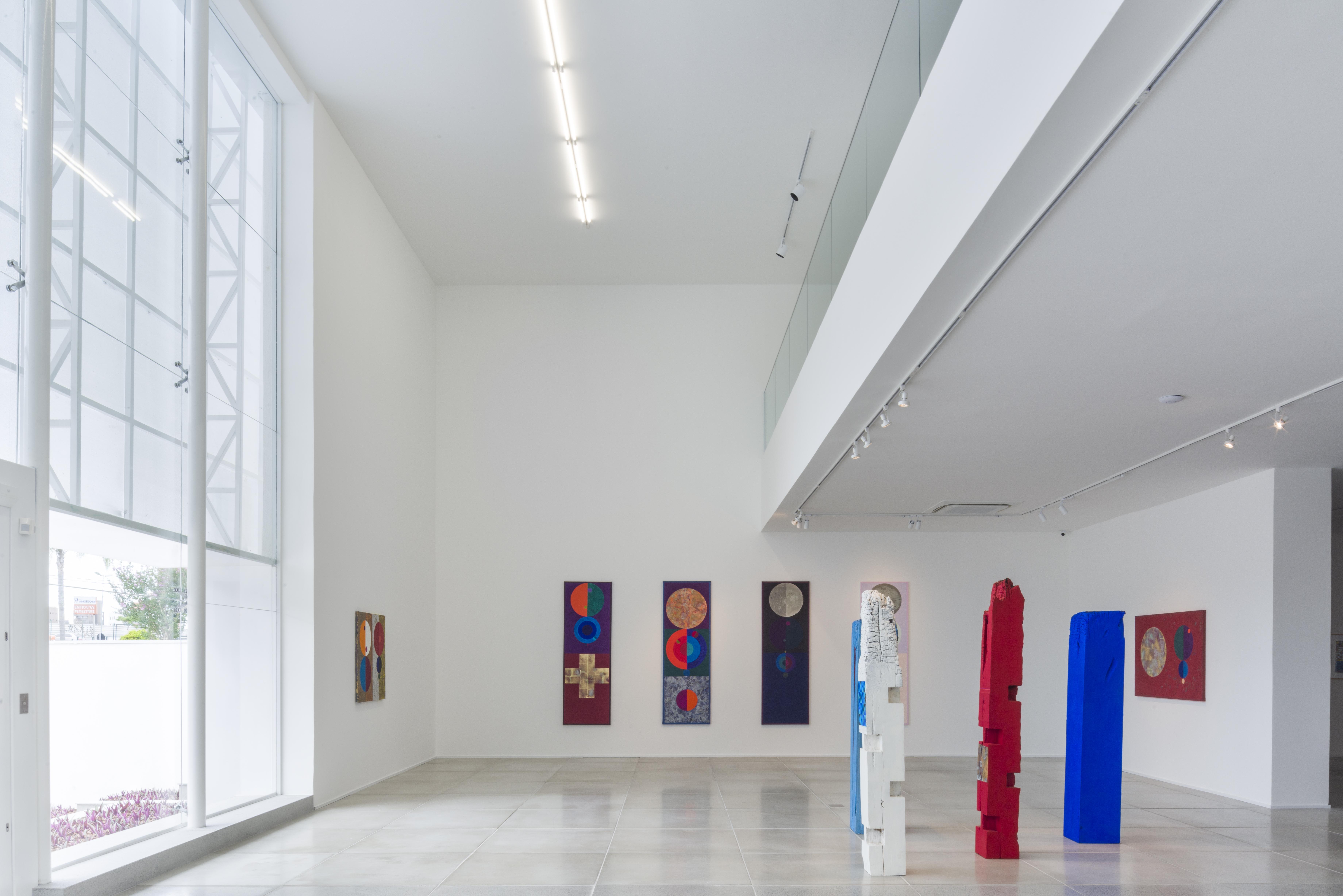Pé direito alto facilita exposição de obras monumentais. Na imagem, trabalhos do artista Gonçalo Ivo.