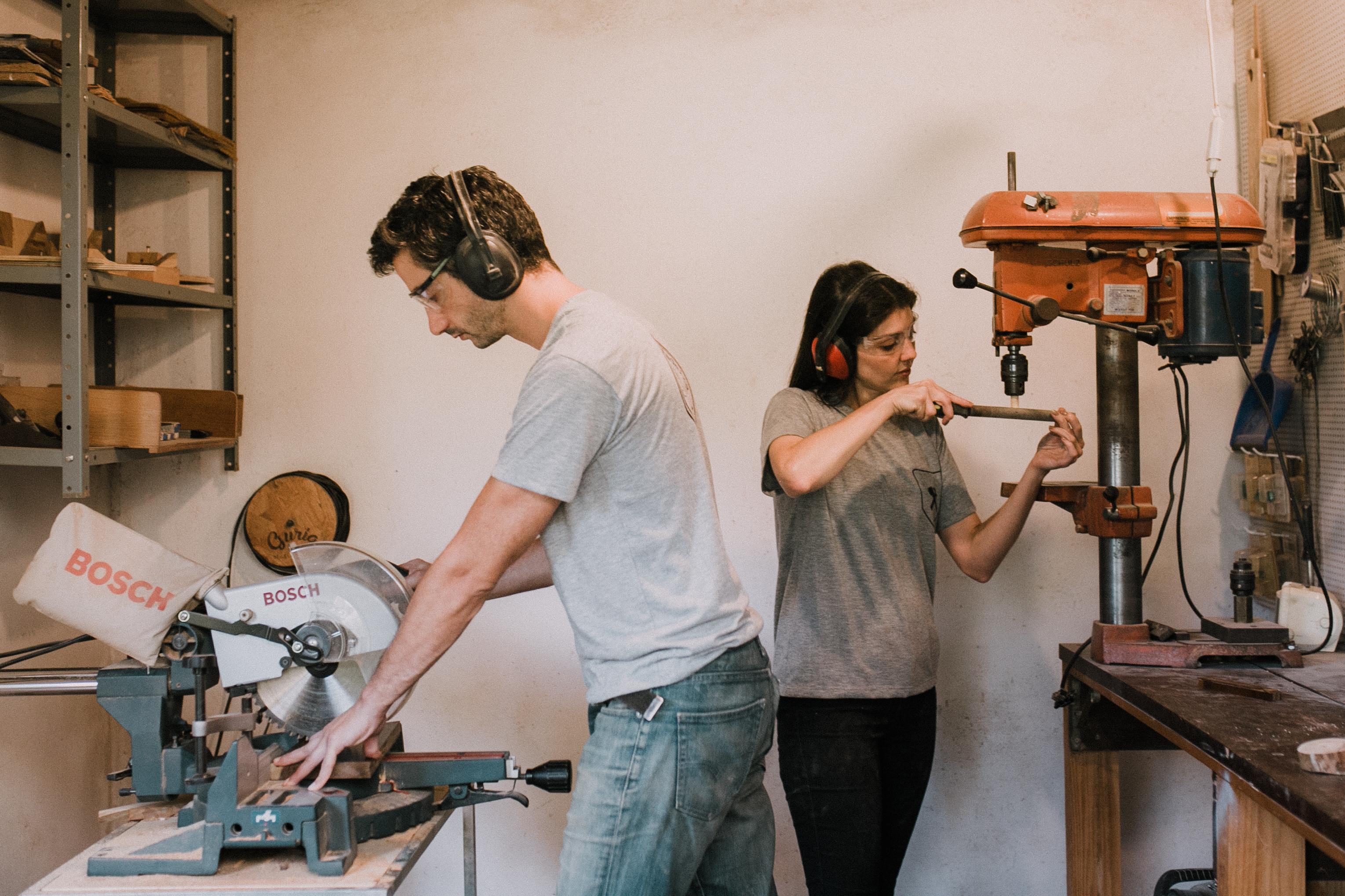 Diogo e Juliana na oficina da marca, que fica junto da casa do casal. Foto: Larissa Guimarães/Divulgação.